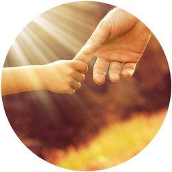 Kleinkind, dass den Zeigefinger des Vaters hält